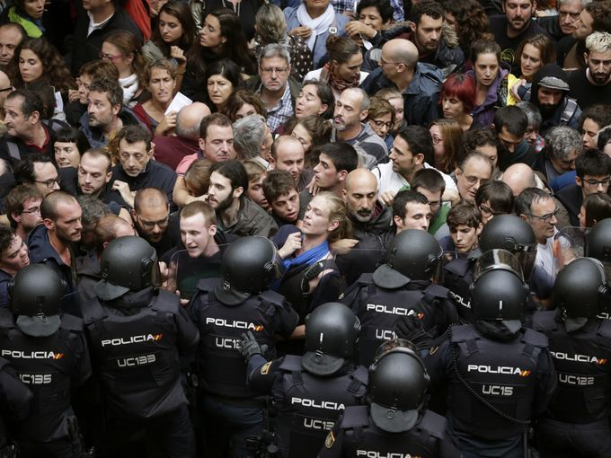 Guardia Civil clash with voters